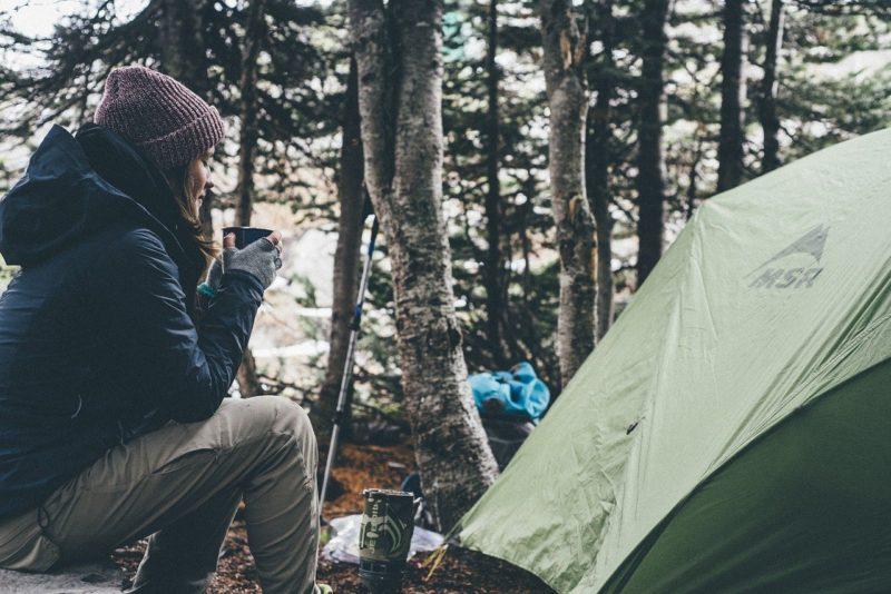 女性とテント