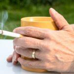 タバコとカップ